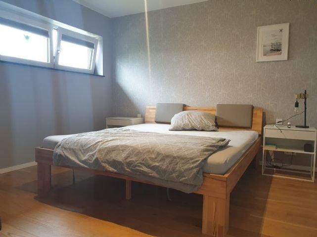 Geräumiges Schlafzimmer - Zugang zum Ankleideraum