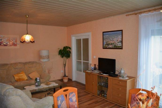 Wohnzimmer mit Schiebetür und Terrassenzugang