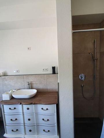 Ansicht Bad mit Waschbecken und Dusche