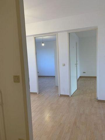 Esszimmer und Blick in Wohn-Schlafzimmer