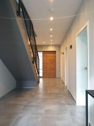 Blick vom Wohnbereich zur besonderer Eingangstür