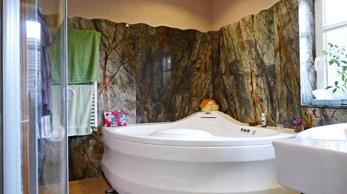 Badezimmer mit Eck-Whirlpool