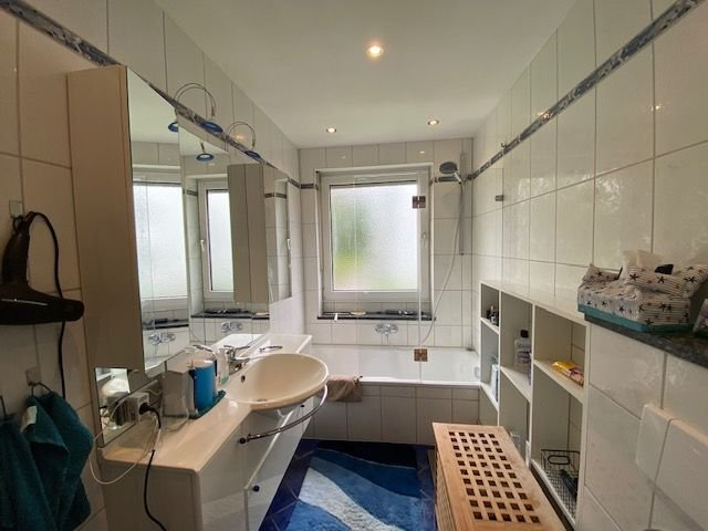 Bad mit Wanne & Fenster