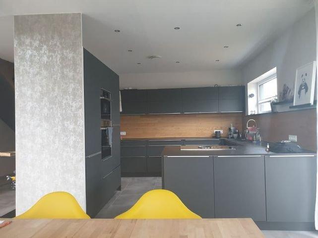 Offene Designküche mit matten Glasfronten