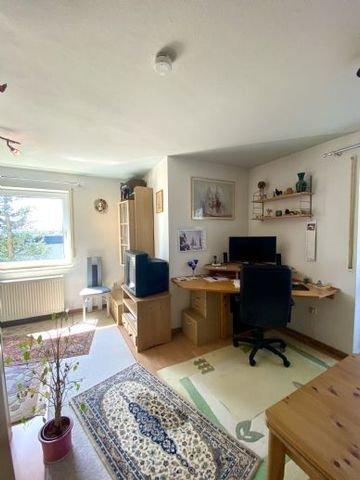 Arbeitsbereich zwischen Wohn- und Küchenbereich