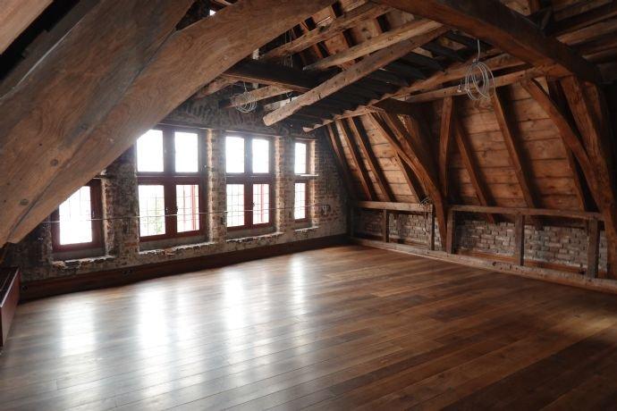 Historischer Dachstuhl mit Fensterreihe zum Markt