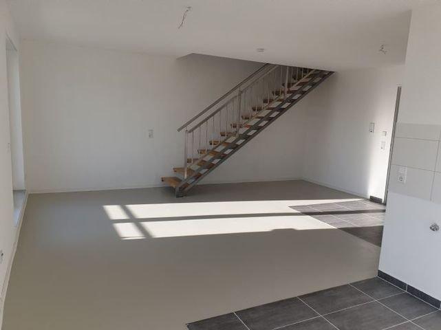 Wohnbereich und Aufgang zum Schlafzimmer