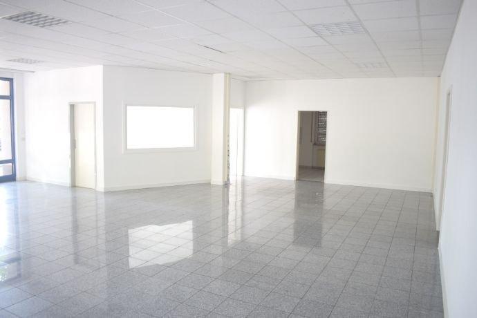 Raum 1 mit Büro