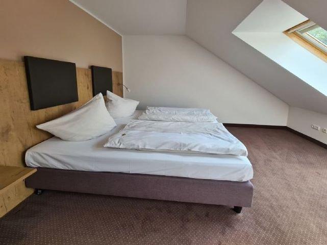 Modernes und komfortables Schlafzimmer mit Klimaan