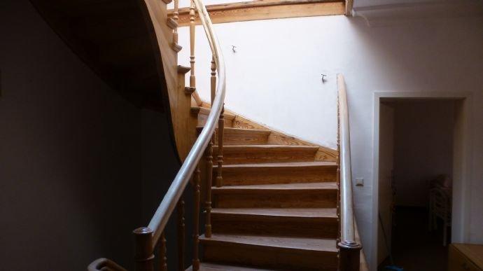 die Holztreppe verbindet alle Stockwerke