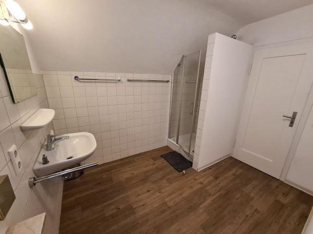 Bad im 1. OG mit Dusche und Waschbecken (WC sep.)
