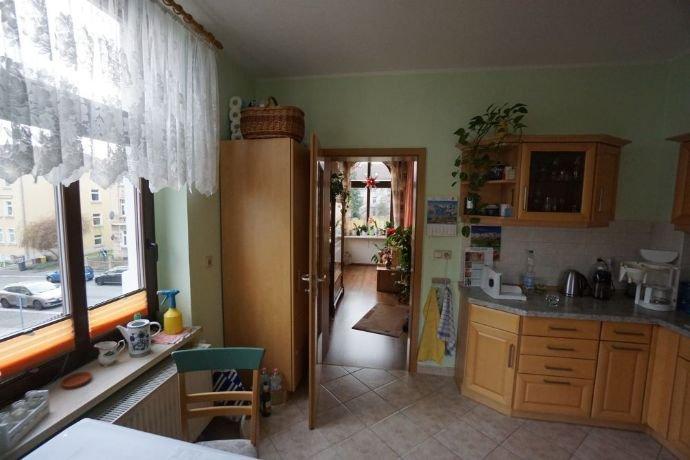 Küche mit Zugang ins Wohnzimmer