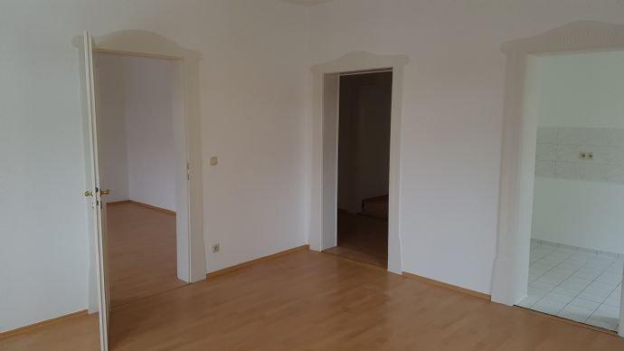 Blick von Wohnzimmer in Schlafzi., Flur und Küche