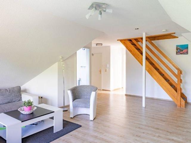 Wohnzimmer mit Treppenaufgang zum ausgebauten DG