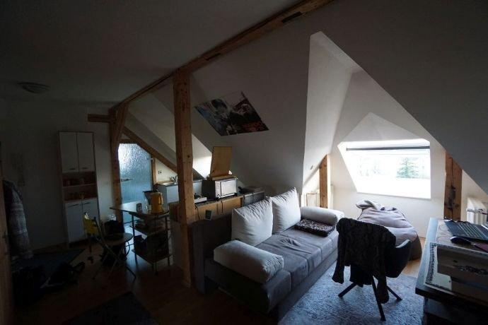 Wohnraum mit Küchenbereich und Zugang ins Bad