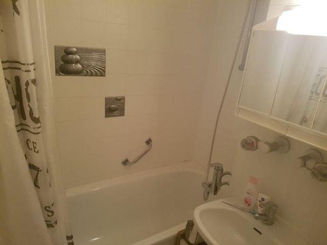 Bad mit Waschbecken 2 (Andere)
