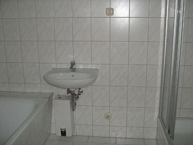 Bad mit Wanne, Waschtisch und Dusch e + WC