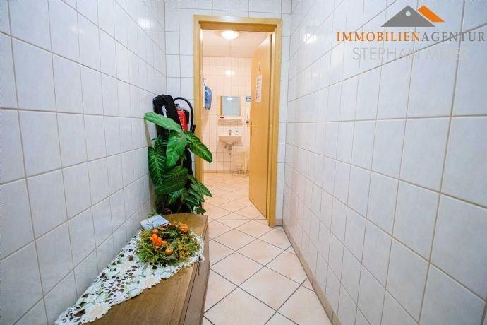 Vorraum zu einer Sanitäreinheit im Erdgeschoss