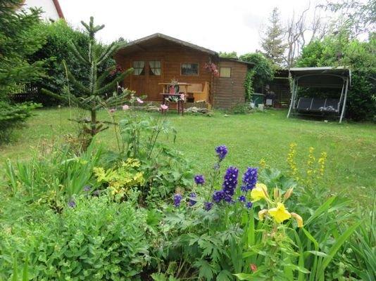 Garten mit Holzlaube und Terrasse