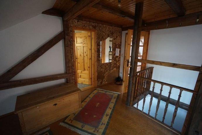 Flur mit Blick links zum WC Raum und Wohnzimmer