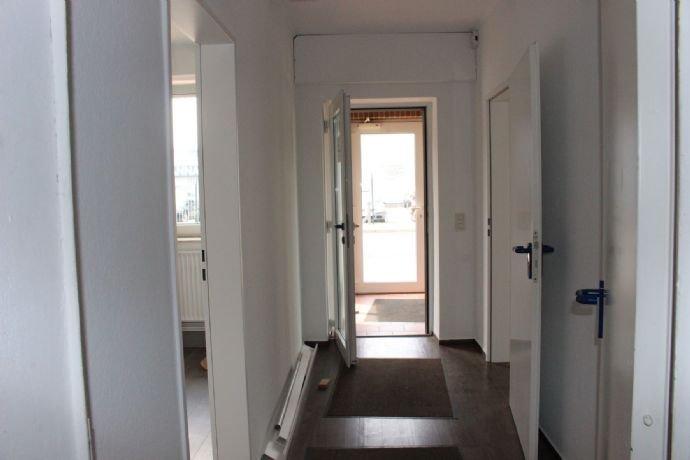 Flur Bürotrakt: Blick Richtg. Eingang