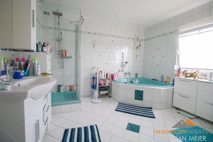 Badezimmer mit Wanne und Dusche, EG