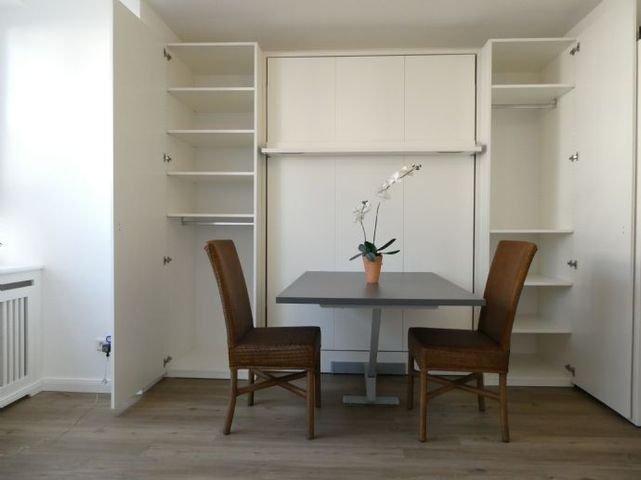 Schrankbett mit integriertem Tisch